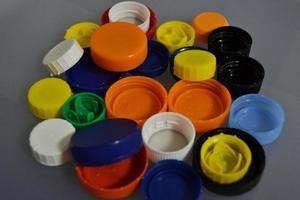 rolhas de garrafas de plástico de cores foto
