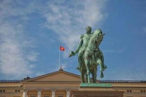 o palácio real e a estátua do rei karl johan xiv em oslo, noruega foto