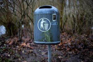 velha lata de lixo na área de wilhelmshaven wiesenhof foto