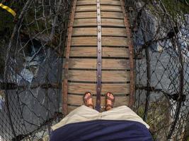 homem na ponte na trilha de changchun no parque nacional taroko gorge em taiwan foto