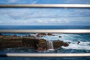 vista na costa de puerto de la cruz em tenerife foto