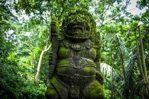 estátua na floresta dos macacos ubud foto