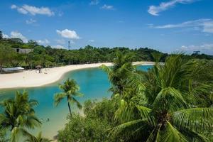 a praia de sentosa em cingapura foto