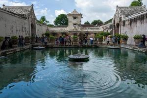 o templo de água tamansari em yogyakarta foto