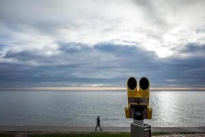telescópio amarelo na praia sul em wilhelmshaven, na Alemanha foto