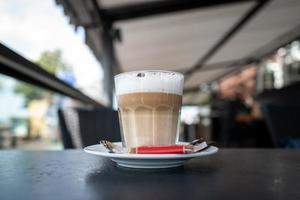 um copo de café com leite foto