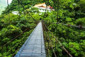ponte na trilha de changchun no parque nacional taroko gorge em taiwan foto