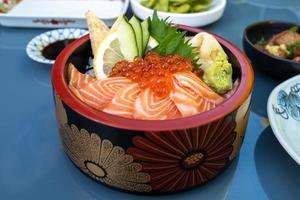 um saboroso caviar de salmão e sashimi foto