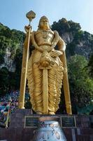 estátua do senhor murugan nas cavernas batu kuala lumpur foto