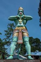 estátua hindu azul nas cavernas de batu kuala lumpur foto