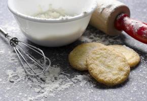 cena da cozinha com farinha e biscoitos açucarados foto