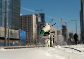 warsaw, 2021 - lego star wars droid fazem na neve na cidade foto