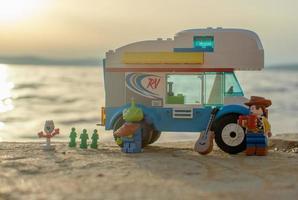 Varsóvia 2020 - minifiguras de história de brinquedos de lego assistindo ao pôr do sol foto