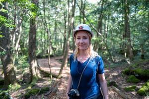 mulher caucasiana na floresta kawaguchiko foto