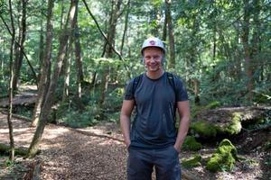 homem caucasiano na floresta kawaguchiko foto