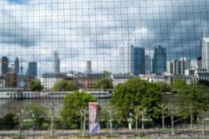 o horizonte de Frankfurt através de uma rede foto