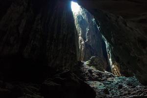 passeio pelas cavernas escuras nas cavernas batu em Kuala Lumpur foto