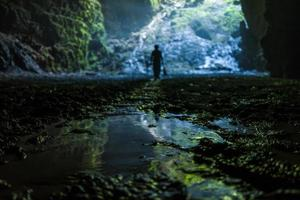 caverna iluminada em goa jomblang tour perto de yogyakarta, na indonésia foto