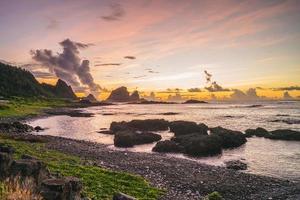 nascer do sol na baía de dongqing em lanyu, taitung, taiwan foto