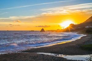 pôr do sol na baía de badai em lanyu, taitung, taiwan foto