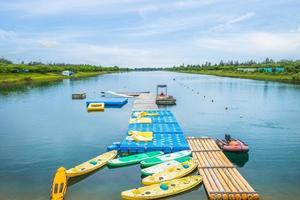 lago que flui no parque florestal taitung, taiwan foto