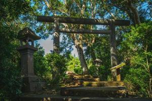 portão japonês torii, restos do santuário yuli em hualien, taiwan foto