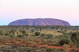 uluru à distância território do norte austrália foto