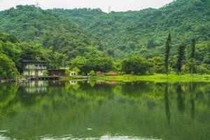 paisagem do lago longtan, também conhecido como lago dapo, em yilan, taiwan foto