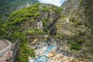 engole a gruta, também conhecida como yanzikou, do parque nacional taroko em hualien, taiwan foto