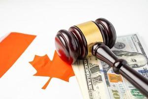 país de bandeira do Canadá com martelo para advogado do juiz. conceito de tribunal de direito e justiça. foto