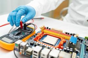 técnico que repara o interior do disco rígido com o ferro de solda. circuito integrado. o conceito de dados, hardware, técnico e tecnologia. foto
