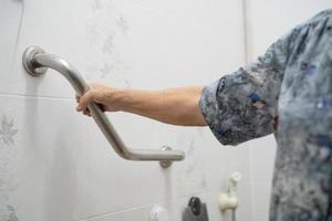 paciente asiático sênior ou idosa senhora idosa usar banheiro banheiro lidar com segurança na enfermaria do hospital de enfermagem, conceito médico forte saudável. foto