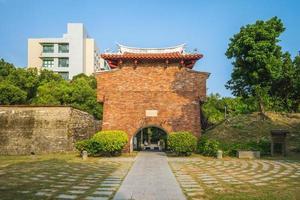 portão jingpo, também conhecido como portão oeste menor em tainan, taiwan. a tradução do texto chinês é menor portão oeste. foto