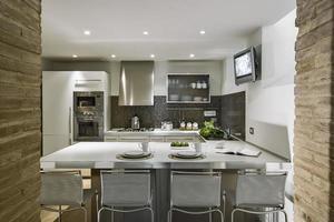 interior da cozinha moderna em primeiro plano a mesa de jantar foto