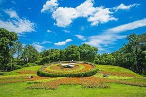 relógio floral do parque da juventude em taipei, taiwan. foto
