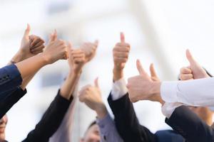grupo de pessoas de negócios diferentes levantando as mãos foto
