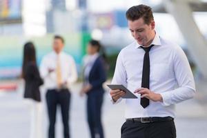 empresário usando um tablet digital foto