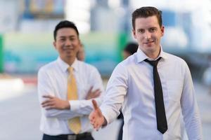 empresário com a mão aberta pronta para um aperto de mão foto