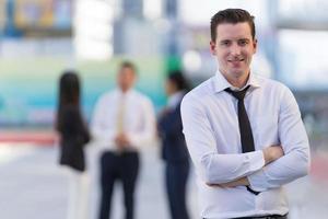 retrato de empresário de sucesso em pé com os braços cruzados foto