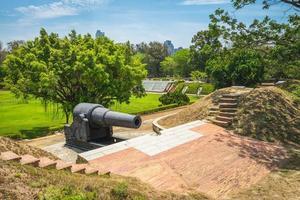 canhão no eterno castelo dourado, tainan, taiwan foto
