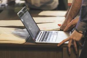 empresário usando laptop na reunião. sucesso e conceito de negócio. foto