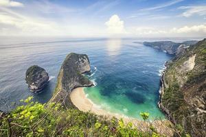Praia Kelingking na Ilha de Nusa Penida, Indonésia foto