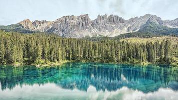 lago carezza nas dolomitas italianas foto