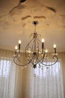 close up em cristal de lustre contemporâneo, é uma luminária ornamental ramificada projetada para ser montada em tetos ou paredes. lustre vintage. foto