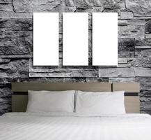 moldura em branco na parede de pedra do quarto foto