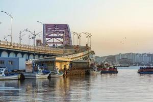 Seul, Coreia, 02 de janeiro de 2016 - ponte sobre um rio em uma vila de pescadores foto