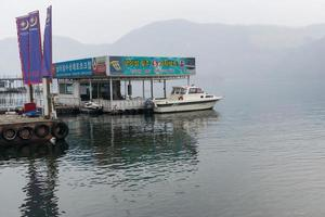Gangwon-do, Coréia, 2 de Janeiro de 2016 - navio de passageiros na Ilha da República de Naminara foto
