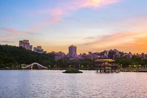 paisagem do parque dahu em taipei, taiwan foto