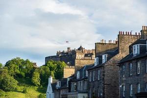 vista da cidade de Edimburgo com o castelo de Edimburgo à distância na Escócia, Reino Unido foto