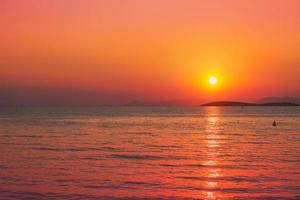 lindo pôr do sol dourado sobre o mar foto